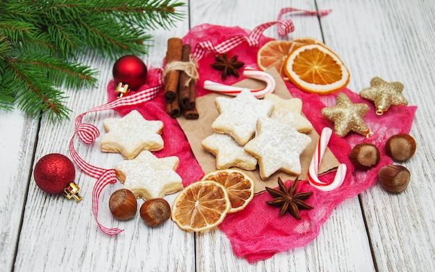 Weihnachtsplätzchen und dekorationen