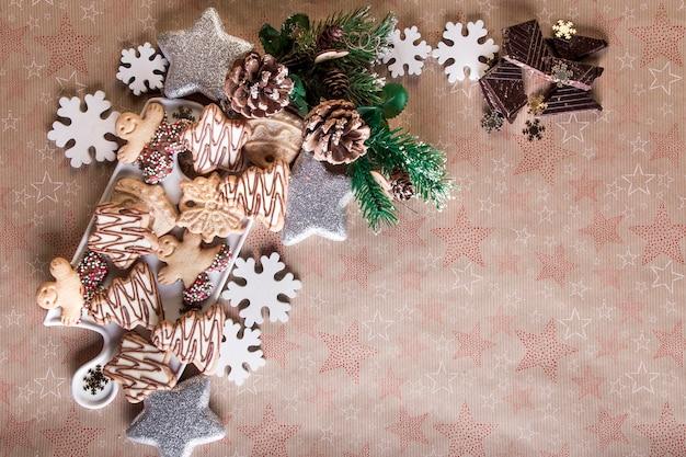 Weihnachtsplätzchen und weihnachtsdekoration, dessert zum weihnachtsessen