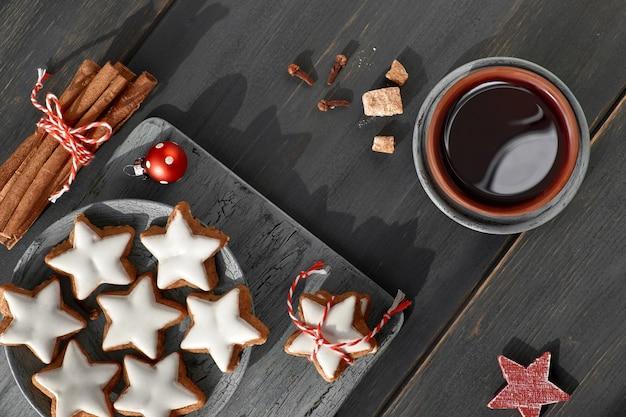 Weihnachtsplätzchen und würziger tee, flachgelegt