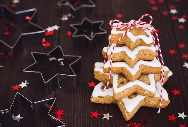Weihnachtsplätzchenbaum gemacht mit pasrty des neuen jahres des sternplätzchenschneider-lebkuchens
