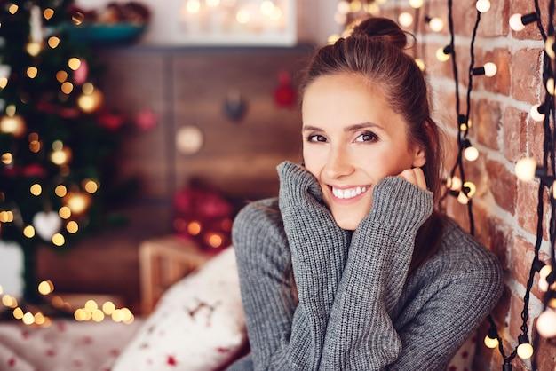 Weihnachtsporträt der fröhlichen frau