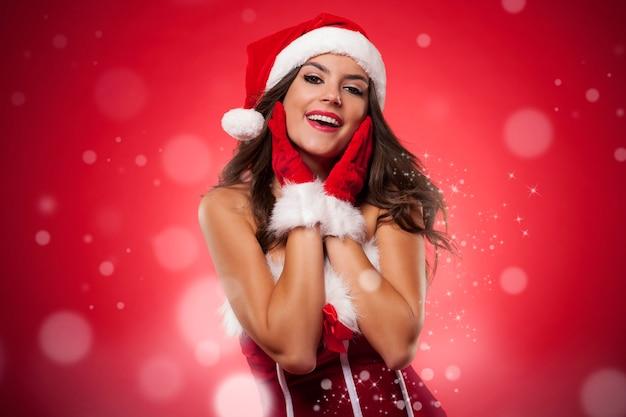 Weihnachtsporträt der schönen frau während der magischen zeit