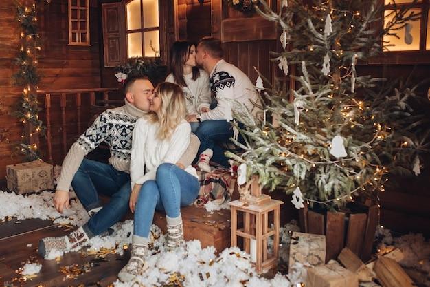 Weihnachtsporträt von zwei paaren