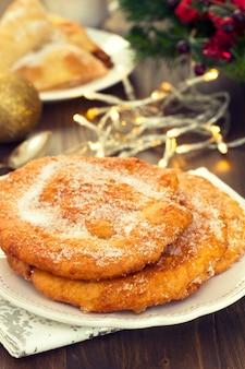 Weihnachtsportugieskuchen filhos mit zucker auf platte