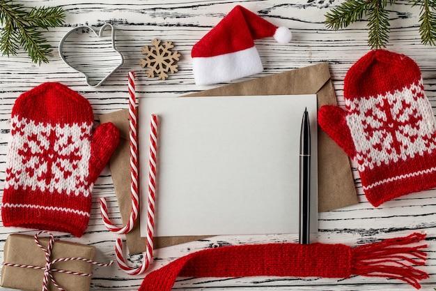Weihnachtspost, umschläge mit buchstaben auf holztisch