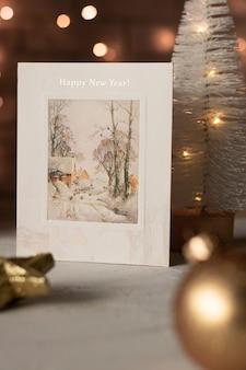 Weihnachtspostkarte auf dem tisch