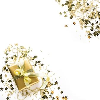 Weihnachtsquadratischer rahmen mit goldener luxusdekoration auf weiß.