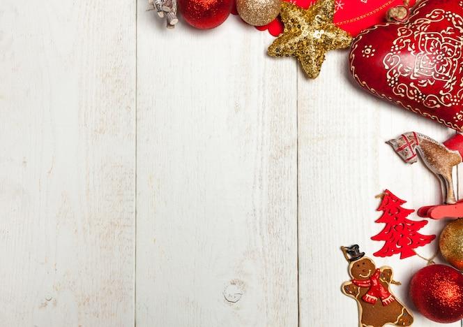 Weihnachtsrahmen auf weißer Holzoberfläche