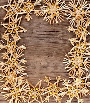 Weihnachtsrahmen aus dekorationen auf altem holzhintergrund