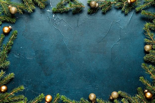 Weihnachtsrahmen aus weihnachtstannenbaum und dekorationen auf minzhintergrund