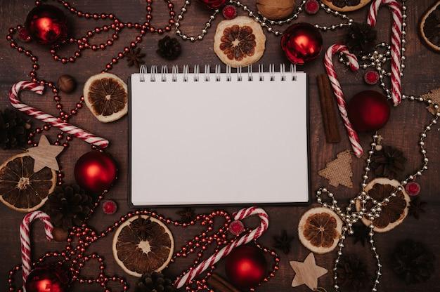 Weihnachtsrahmen im flatley-stil mit draufsicht mit weihnachtsschmuck aus kugeln, zapfen, gewürzen. das konzept, das neue jahr zu feiern.