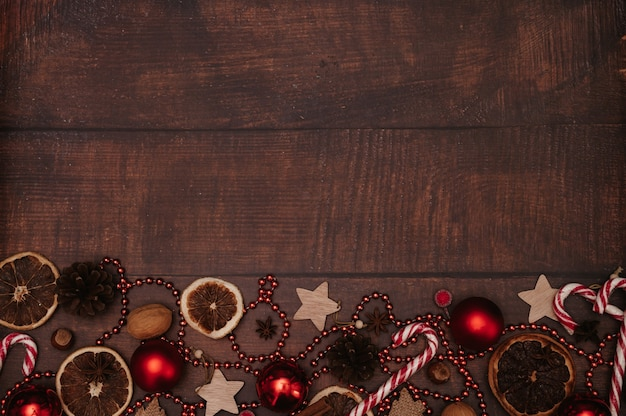 Weihnachtsrahmen im flatley-stil mit weihnachtsschmuck aus kugeln, zapfen, gewürzen. das konzept, das neue jahr zu feiern. ansicht von oben. ein platz für ihren text.