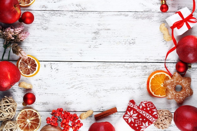 Weihnachtsrahmen mit äpfeln, keksen und dekorationen
