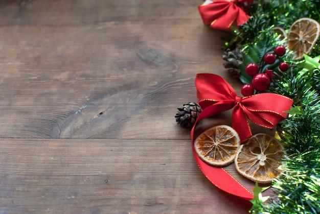 Weihnachtsrahmen mit dekorativer zusammensetzung des grünen lamettas, getrocknete orangen