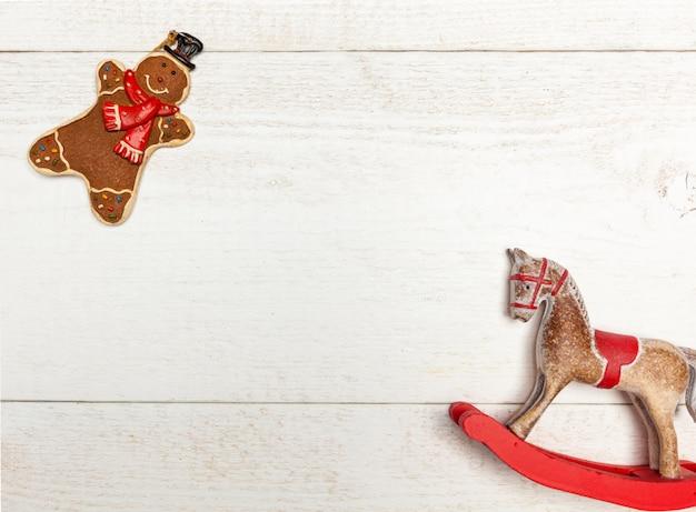Weihnachtsrahmen mit lebkuchenmann und schaukelpferd.