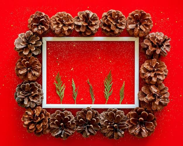 Weihnachtsrahmen mit tannenzapfen