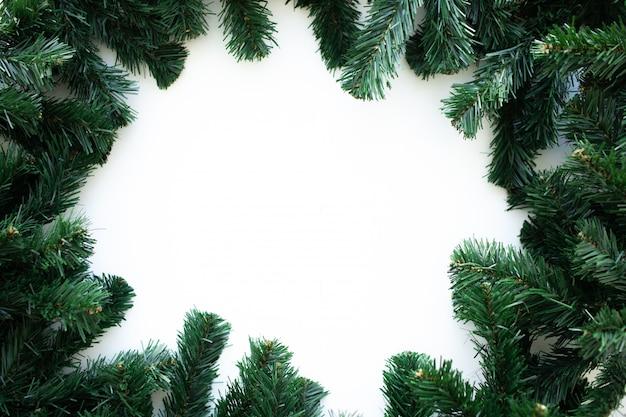 Weihnachtsrahmen mit weihnachtsbaum und weihnachtsdekorationen. frohe weihnachten grußkarte, banner.