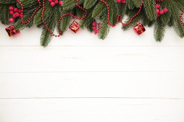 Weihnachtsrahmen mit weihnachtsdekorationen auf grauem hintergrund. draufsicht