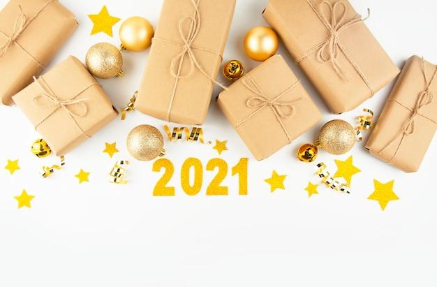 Weihnachtsrahmen von geschenken und neujahrsspielzeug auf einem hellen hintergrund. 2021. neujahrsbanner.