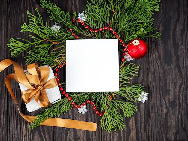 Weihnachtsrahmenhintergrund mit weihnachtsbaum und weihnachtsdekorationen. frohe weihnachten grußkarte, banner. thema winterurlaub. frohes neues jahr. platz für text