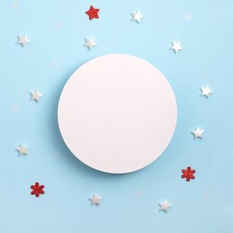 Weihnachtsrahmenkomposition. rundes modell auf pastellblauem hintergrund.