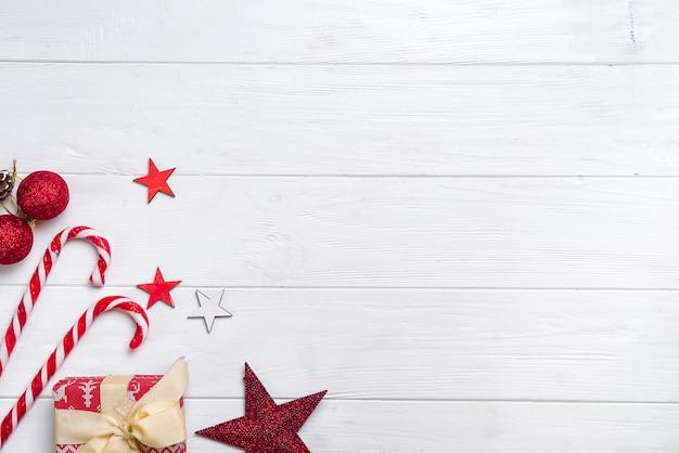 Weihnachtsrand mit süßigkeiten und lichtern