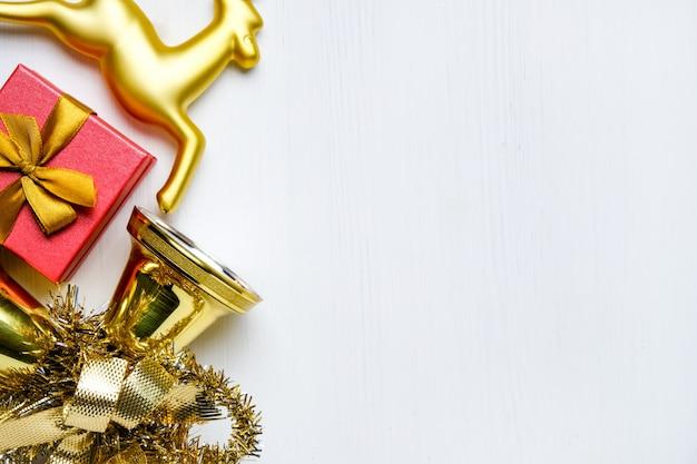 Weihnachtsren, glocken mit lametta und geschenk
