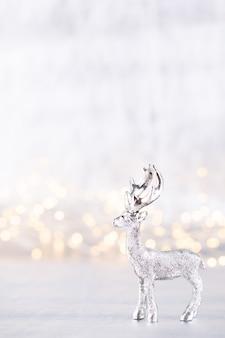 Weihnachtsrentier auf bokeh silbernem hintergrund