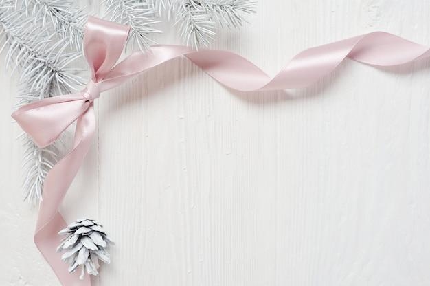 Weihnachtsrosa bandrahmen mit baumkegel, flatlay