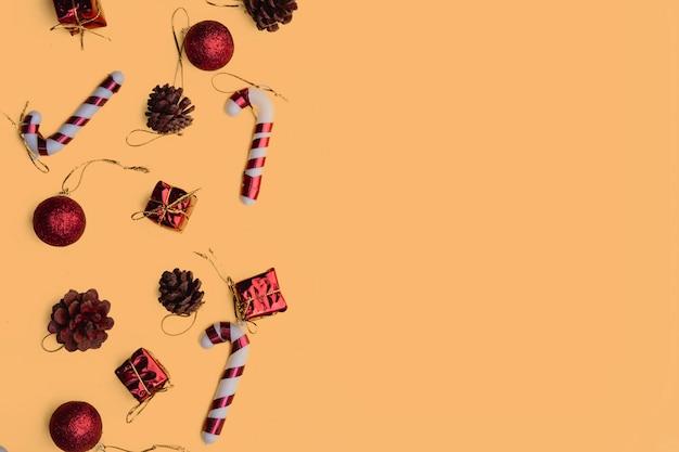 Weihnachtsrote handgemachte geschenkboxen auf gelber draufsicht grußkarte der frohen weihnachten, rahmen. flach liegen,