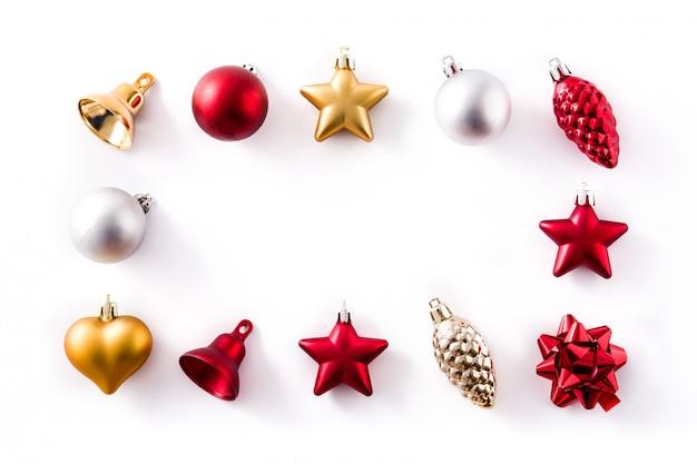 Weihnachtsrote, silberne und goldene dekorationen getrennt auf weiß