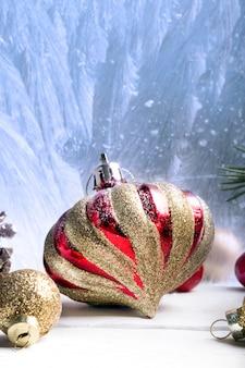 Weihnachtsrote und goldene verzierungen