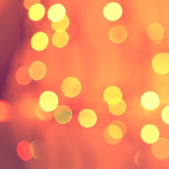 Weihnachtsroter abstrakter hintergrund. urlaub defokussiert leuchtende kulisse mit gelben lichtern