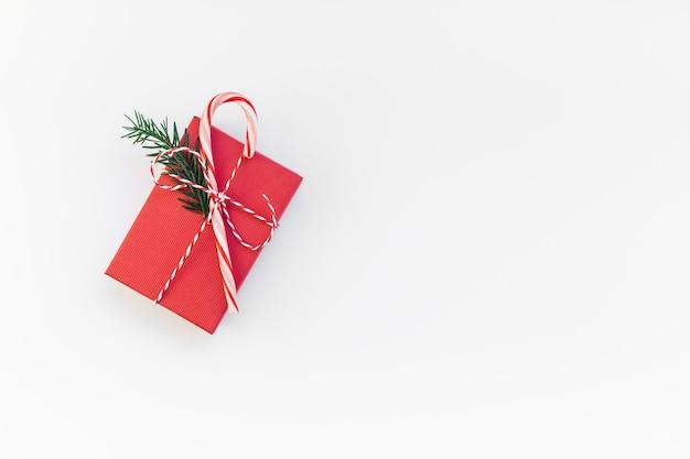 Weihnachtsrotgeschenk lokalisiert auf weißem hintergrund