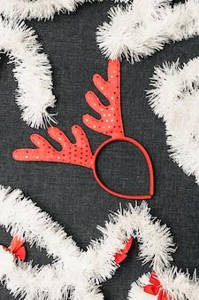 Weihnachtsrotwildhörner mit lametta auf tabelle