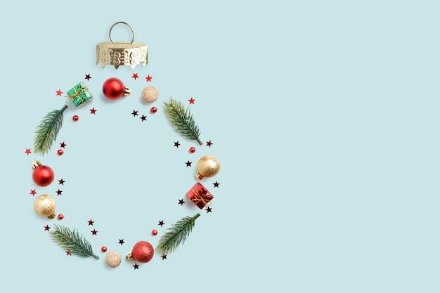 Weihnachtsrunder rahmen aus zweigen und weihnachtskugeln. flache lage