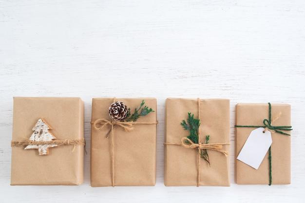 Weihnachtsrustikale geschenkgeschenkkastensammlung mit tag für feiertag der frohen weihnachten und des neuen jahres. sicht von oben. kreatives flaches layout und draufsicht.