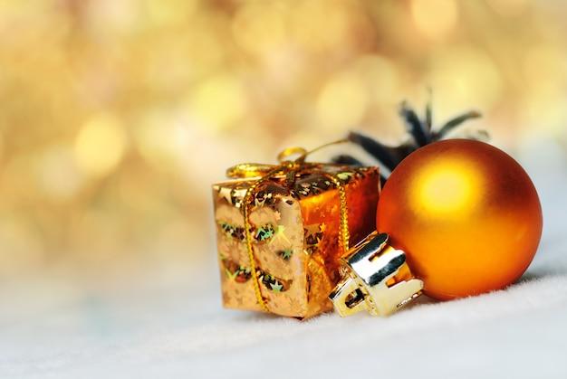 Weihnachtssachen wie ctrobiles und goldgeschenk und ball auf weiß