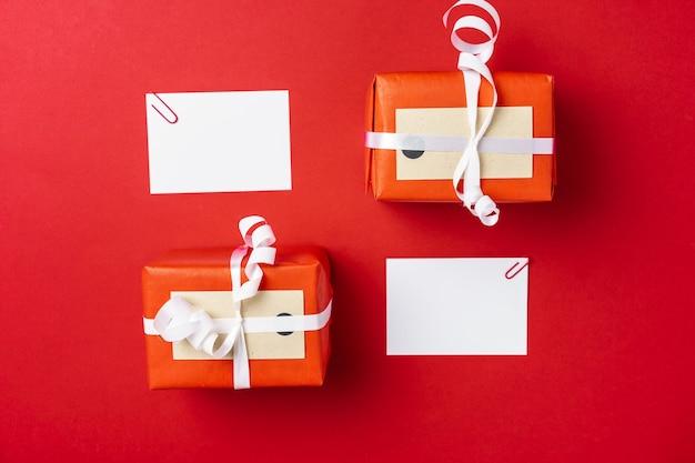 Weihnachtsschablone für grußkarte auf rot