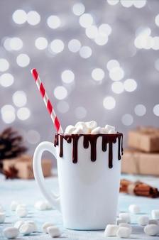 Weihnachtsschale kakao mit schokolade und marshmallows