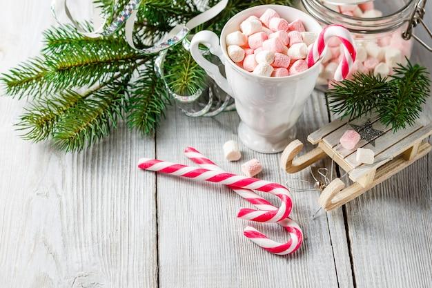 Weihnachtsschale mit kleinen eibischen und zuckerstangen