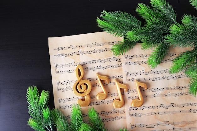 Weihnachtsschlüssel und musiknoten auf papier, draufsicht