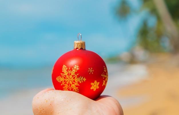 Weihnachtsschmuck am strand