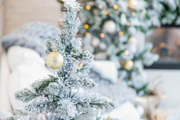 Weihnachtsschmuck auf dem baum. tiefenschärfe.