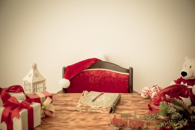 Weihnachtsschmuck auf dem tisch. weihnachtsferienkonzept