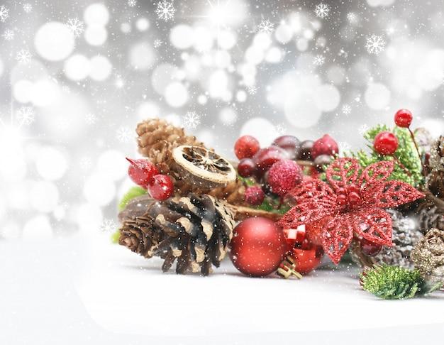 Weihnachtsschmuck auf einem bokeh lichter hintergrund