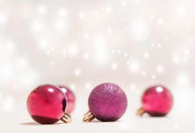 Weihnachtsschmuck auf einem defokussierten hintergrund