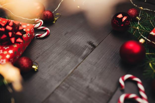 Weihnachtsschmuck auf grauem holztisch, weihnachtsgeschenke. foto in hoher qualität