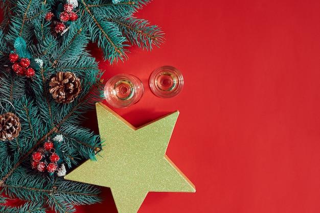 Weihnachtsschmuck auf heißem rotem hintergrund weihnachten und neujahr thema platz für ihre textwünsche ...