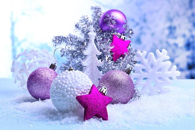 Weihnachtsschmuck auf hellem hintergrund